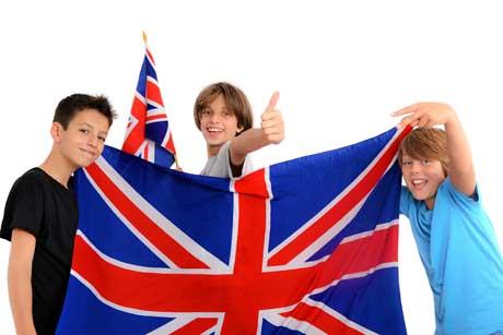 Schüler mit Englandflagge - Bilingualer Unterricht in der Schule
