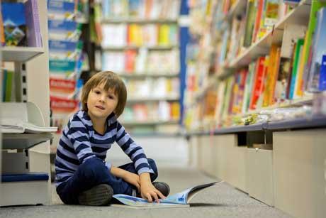 junge liest in bibliothek montessori kosten