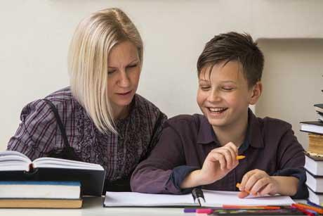 Fröhlicher Schüler erhält Nachhilfe