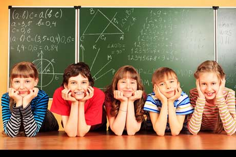 Schüler vor Tafel Jenaplan Schule