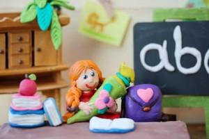 Mädchen aus Knete mit Schultüte - Alternative Pädagogik in der Schule