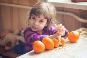 mädchen mit Orangen und Mandarinen rechnen Waldorfschule Kosten