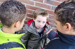 Mobbing in der Schule zwei Kinder ärgern bedrohen Kind