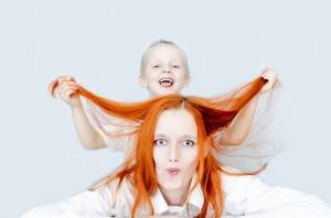 Mutter und Sohn albern gegen Stress und Druck von Eltern herum