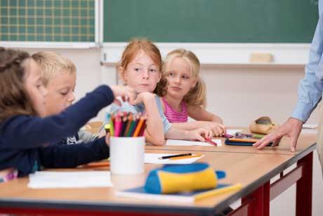 Kinder in der Grundschule Mädchen verträumt im Unterricht