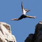 Junge springt über Schlucht Übertritt