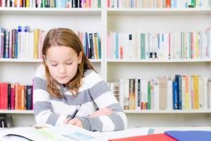 Mädchen hat freude am Lernen Motivation