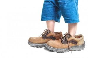 Kind in großen Schuhen eltern müssen loslassen