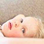 Mädchen blickt verträumt in die Kamera Kinder und Hochsensibilität