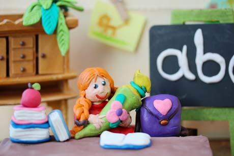 Schulwahl Schülerin mit Schultüte aus Knete