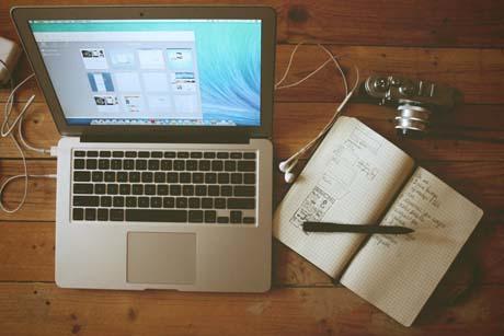 Lernen zu Hause mit Online-Nachhilfe, Laptop, Skype, Notizblock und Headset