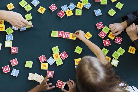 Kindergarten schüler lernen Vokabeln in Fremdsprache Englisch spielerisch mit Buchstaben aus Holz