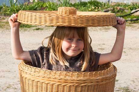 Freches Mädchen versteckt sich im Wäschekorb antiautoritäre Erziehung