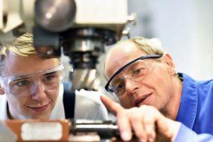 Die perfekte Ausbilungsstelle macht Spaß - Lehrling oder Auszubildender lernt von erfahrenem Handwerker