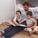 Vater liest seinen Kindern ein Buch vor