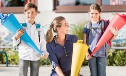 Mutter und zwei Kinder mit Schultüten