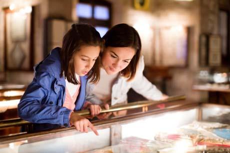 Hochbegabte Kinder können für viele Dinge begeistert werden. Museumsbesuche in der Familie können großen Spaß machen.
