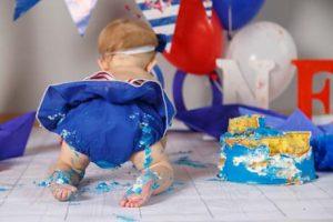 Baby spielt mit Kuchen