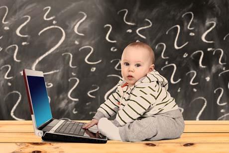 Digitales Lernen von Anfang an - Baby mit Laptop
