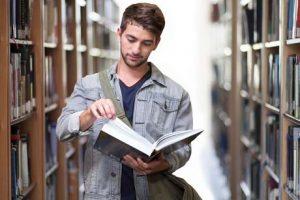 student in Bibliothek