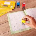 Heft und Hand mit Belohnungsstempel oder Motivationsstempel in der Schule